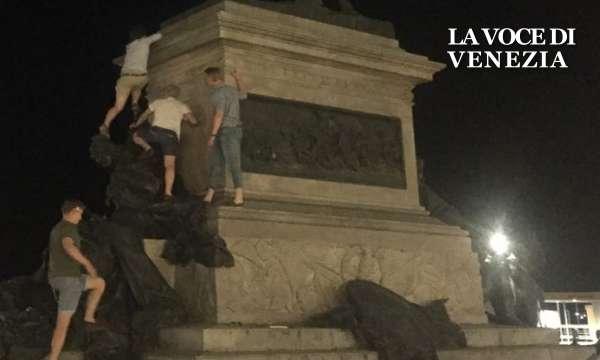 turisti-scalano-momumento-san-zaccaria-venezia-nostra-600360
