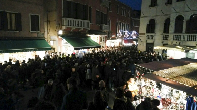 turisti notte venezia carnevale-2