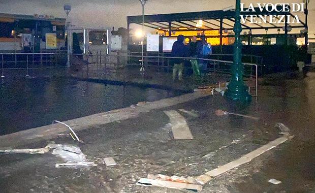 acqua-alta-venezia-12-11-2019-edicola-zattere-sparita-ns-620